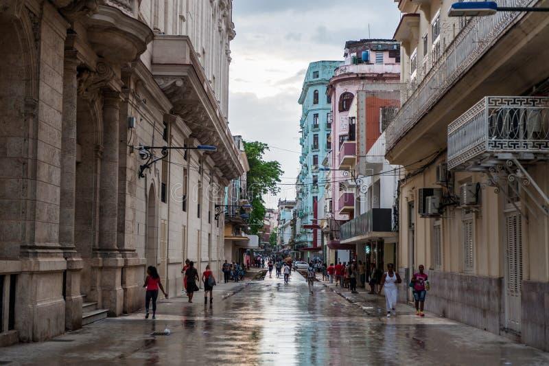 ГАВАНА, КУБА - 21-ОЕ ОКТЯБРЯ 2017: Старый городок в Гаване, Кубе Местные люди и архитектура стоковая фотография rf