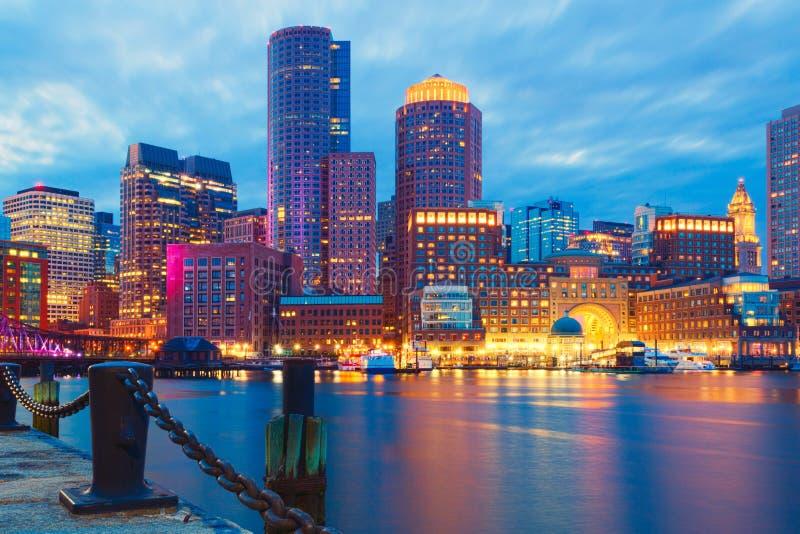 Гавань Бостона и финансовый район на заходе солнца Бостон, Массачусетс, США стоковая фотография
