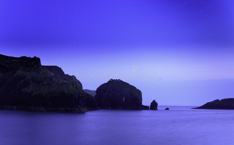 Гавань бухты Mullion на ноче стоковое изображение
