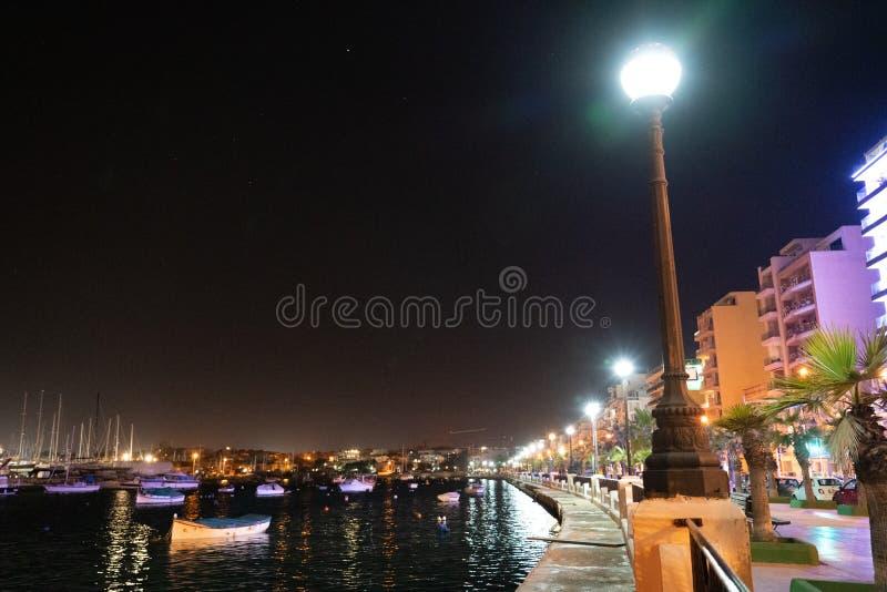 Гавань Валлетты Мальты к ночь стоковые фотографии rf