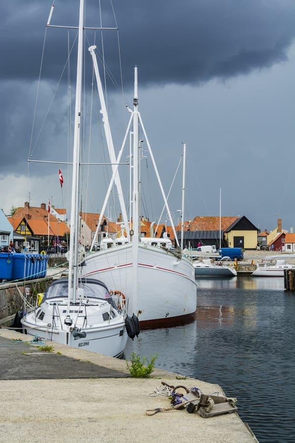 Гавань Дания Raincloud Gudhjem стоковое изображение rf