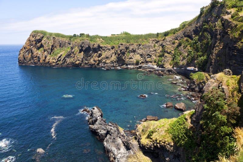 Гавань залива и рыбозавода на Capelas, Sao Мигеле, Азорских островах стоковые изображения rf