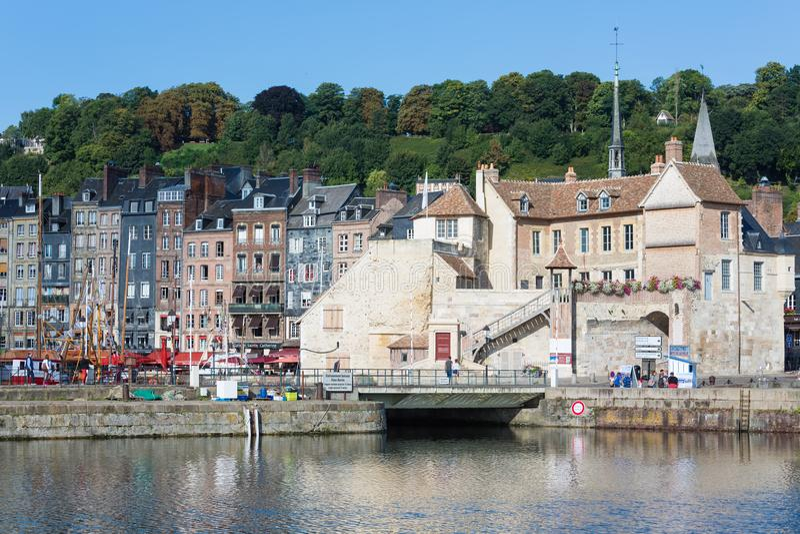 Гавань исторического города Honfleur с стенами старой крепости стоковые изображения