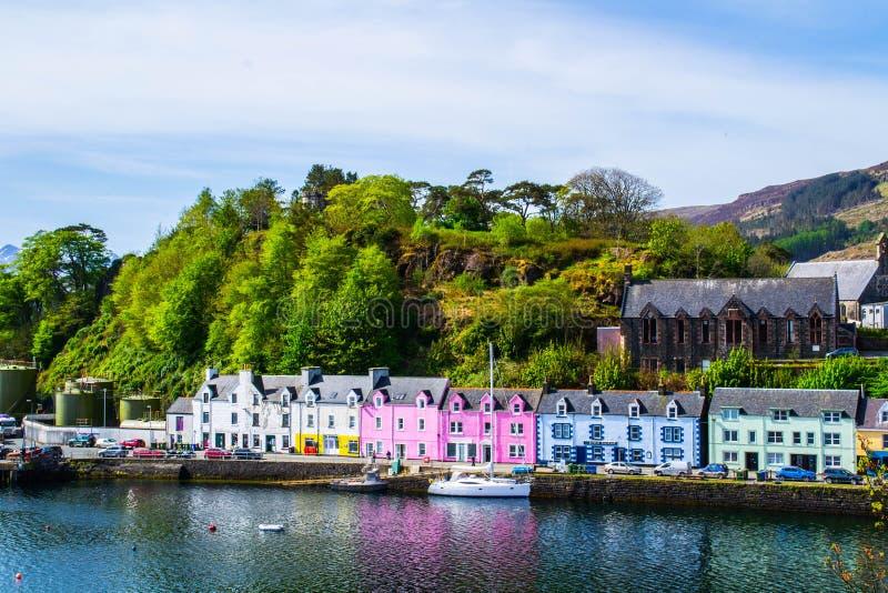 Гавань и красочное здание в Potree, острове Skye, Шотландии стоковое фото rf