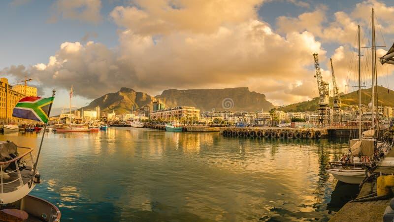 Гавань Кейптауна, Виктория и заход солнца портового района Альфреда стоковое фото