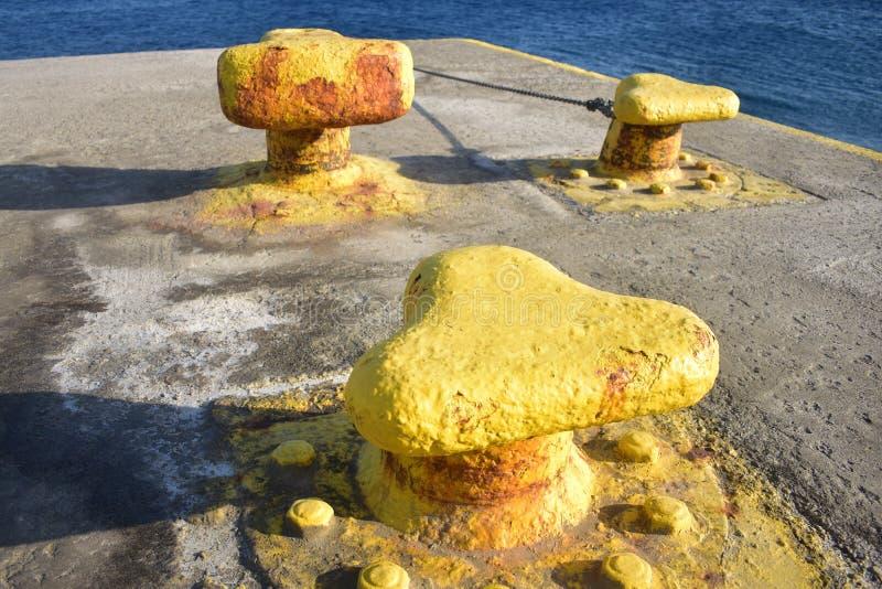 Гавань на Sikinos, Греции Палы для причаливать корабли стоковое изображение