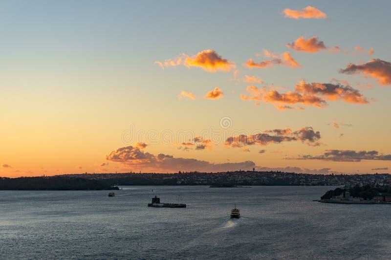 Гавань Сиднея с moving паромом на восходе солнца стоковая фотография rf