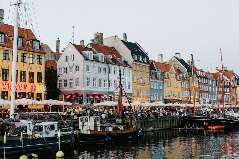 Гавань Nyhavn на теплой ночи лета стоковое фото rf