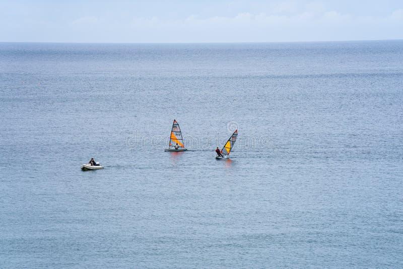 Гаван Erin, остров Мэн, 16-ое июня 2019 Плавать тренировка отряда на гаван заливе Erin стоковая фотография