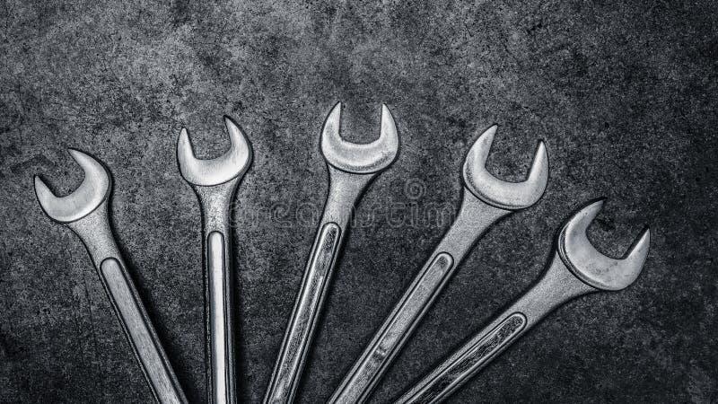 Гаечные ключи на конкретной предпосылке, инструменты ключа стоковые изображения