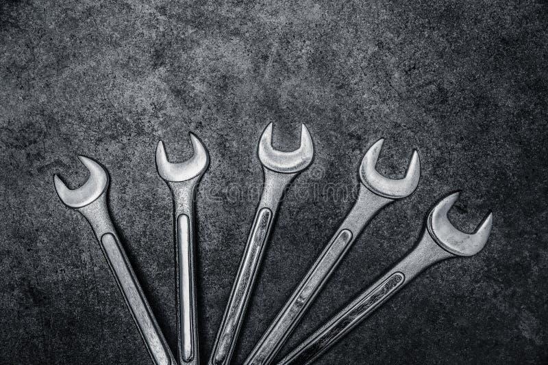 Гаечные ключи на конкретной предпосылке, инструменты ключа стоковая фотография