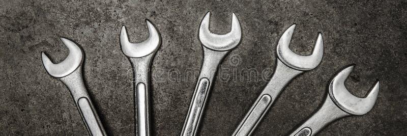 Гаечные ключи на конкретной предпосылке, инструменты ключа стоковое изображение rf