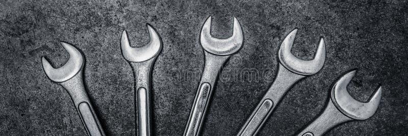 Гаечные ключи на конкретной предпосылке, инструменты ключа стоковые изображения rf