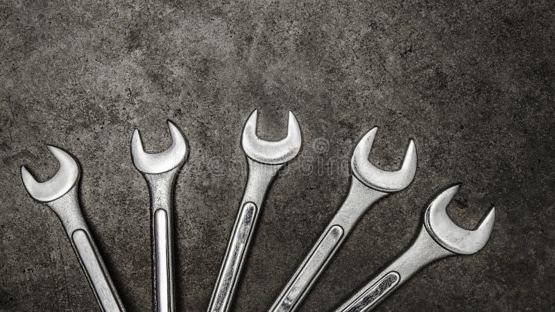 Гаечные ключи на конкретной предпосылке, инструменты ключа стоковые фото
