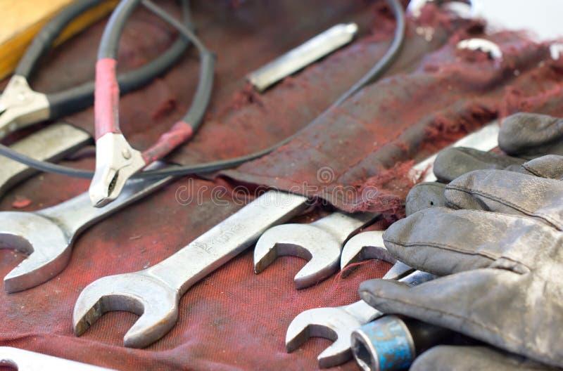 Гаечные ключи, перчатки и инструменты на таблице Machanic стоковые фото