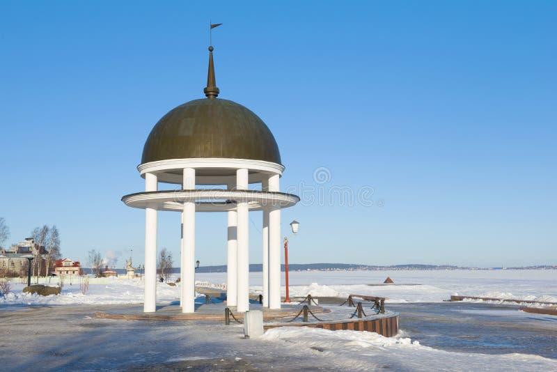 Газебо на обваловке замороженного озера Онег, день в феврале Петрозаводск, Россия стоковое изображение rf