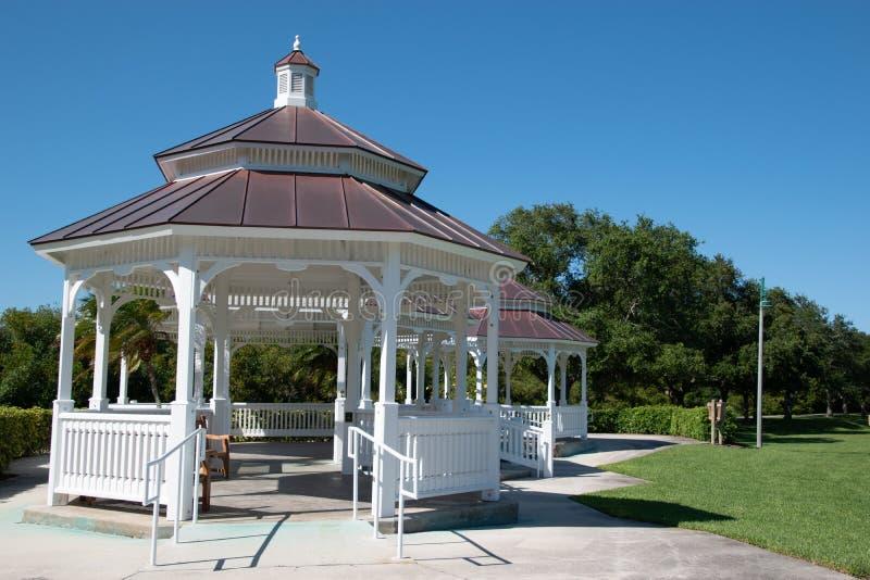 Газебо против голубого неба в парке стоковое фото rf