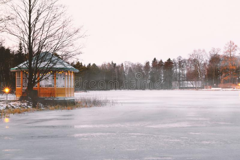 Газебо рядом с замороженным озером где-то в Скандинавии стоковое изображение
