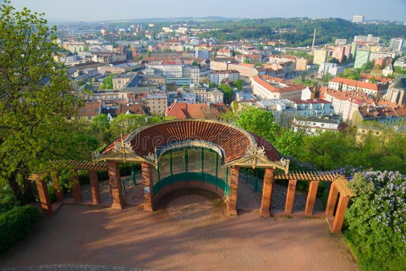 Газебо с платформой просмотра на холме Spielberk на солнечном утре в апреле Чешская республика brno стоковое фото