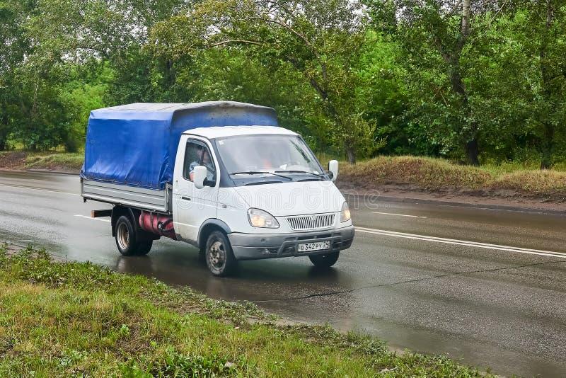 Газель GAZ 3302 с голубым тентом стоковая фотография rf
