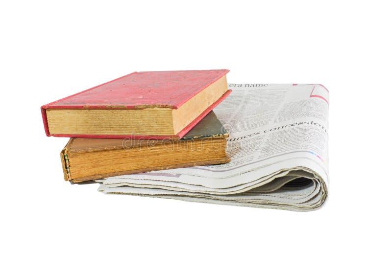 Газета и старые книги на белой предпосылке стоковое фото rf