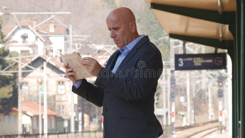 Газета чтения изображения бизнесмена в вокзале стоковое изображение rf
