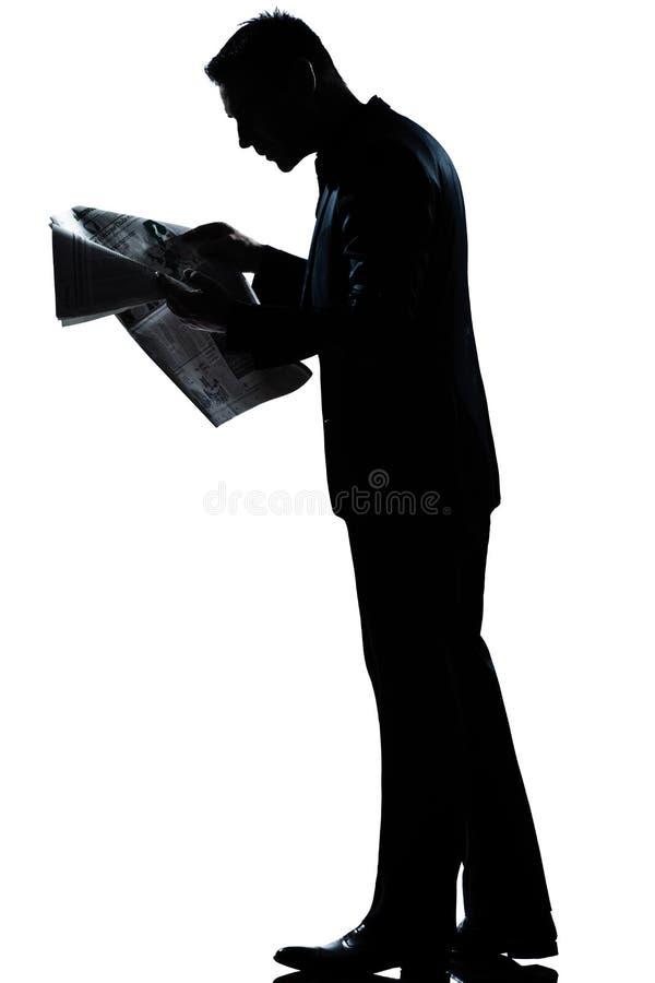 Газета чтения человека гуляя полнометражная стоковые изображения
