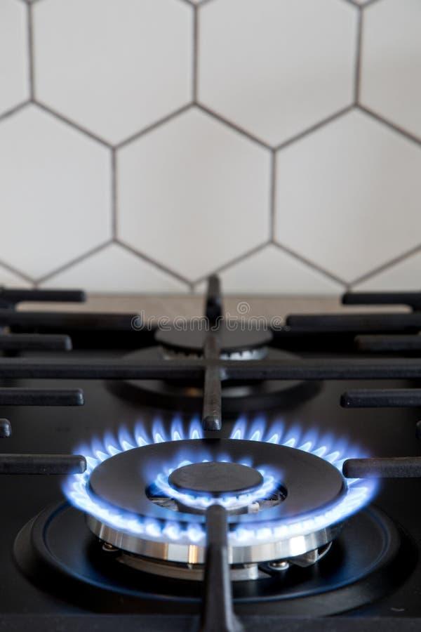 Газовая горелка на черной современной плите кухни Плита газа кухни с горя газом пропана огня стоковые фото