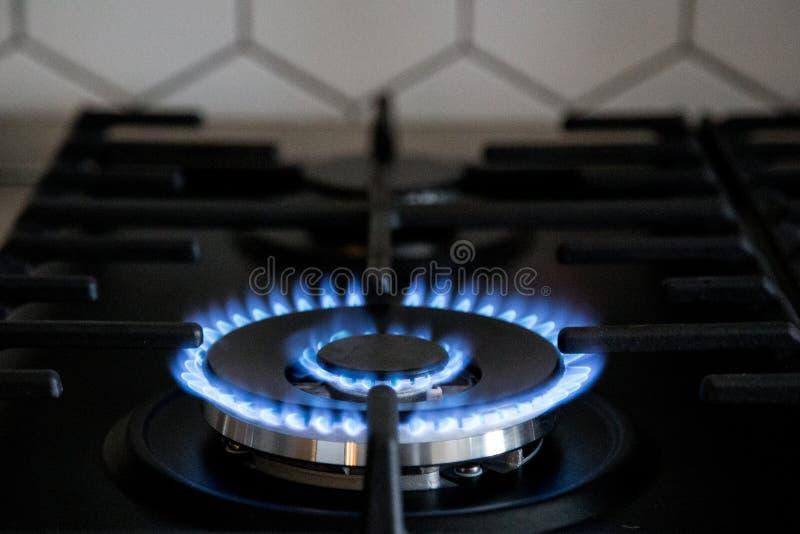 Газовая горелка на черной современной плите кухни Плита газа кухни с горя газом пропана огня стоковое изображение rf