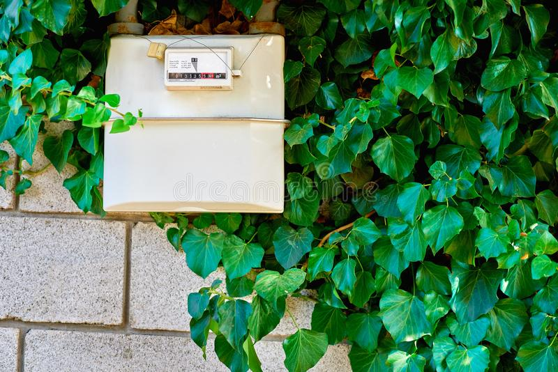 Газовый счетчик в доме под возобновлением Крытый газовый счетчик используемый для измерять потребление природного газа в домах зд стоковое изображение rf