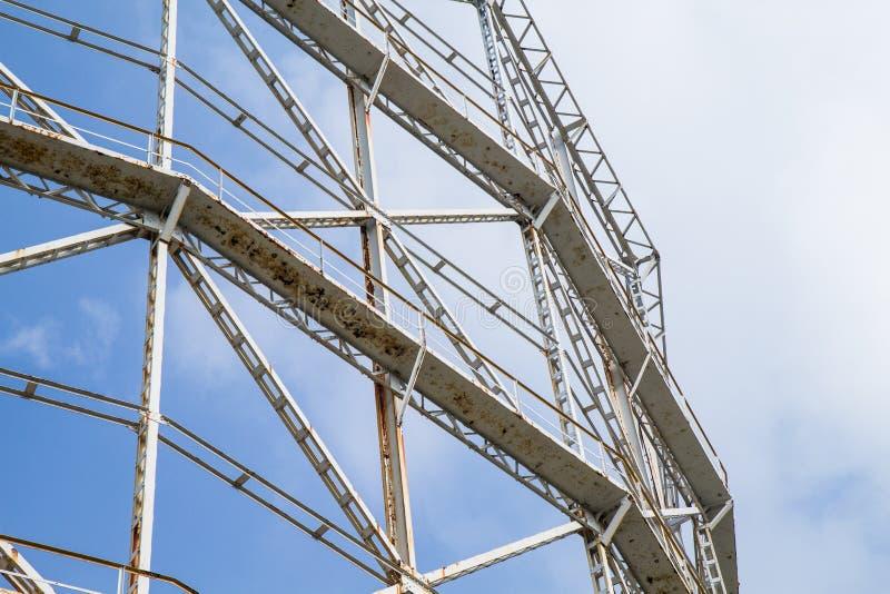 Газомеритель крупного плана и ржавый металл вышедшие из употребления стоковая фотография rf