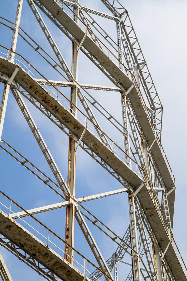 Газомеритель крупного плана и ржавый металл вышедшие из употребления стоковая фотография