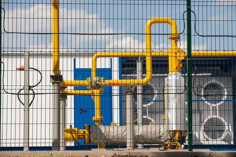 Газопровод и клапан за металлической загородкой стоковые изображения rf