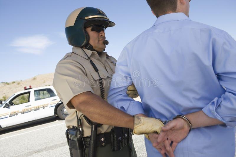 Гаишник арестовывая человека стоковое изображение rf