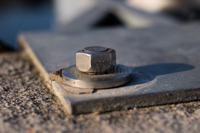 Гайка и шайба прикрепленные к стальной структуре Отладка стали стоковое изображение rf