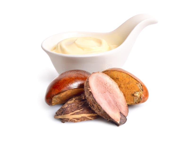 Гайки дерева ши с маслом или сливк в шаре Изолированный на белом ба стоковые изображения rf