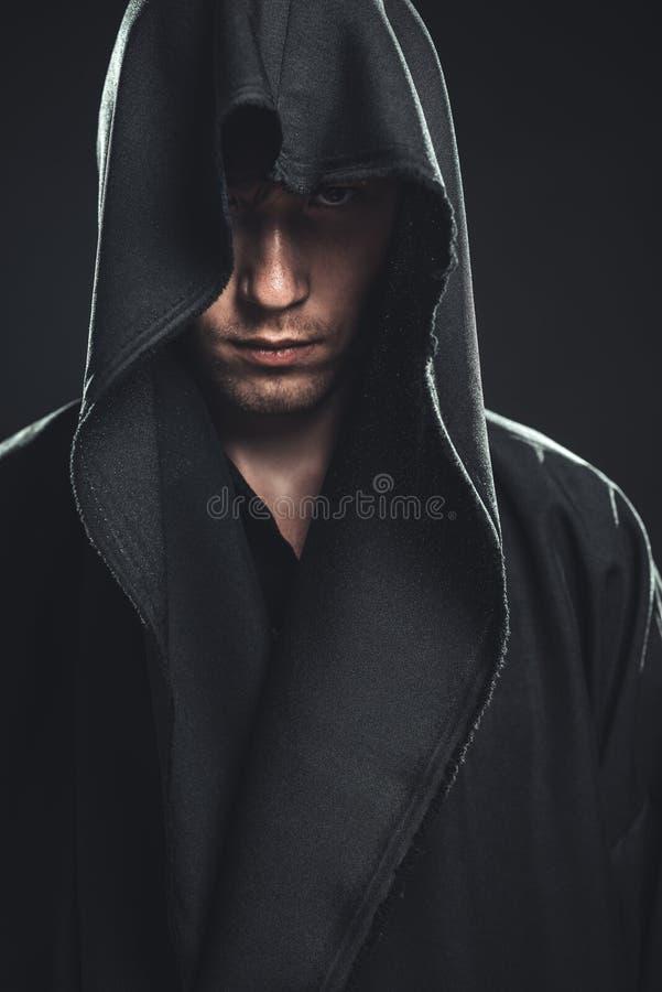 Гай в черной робе стоковые фотографии rf