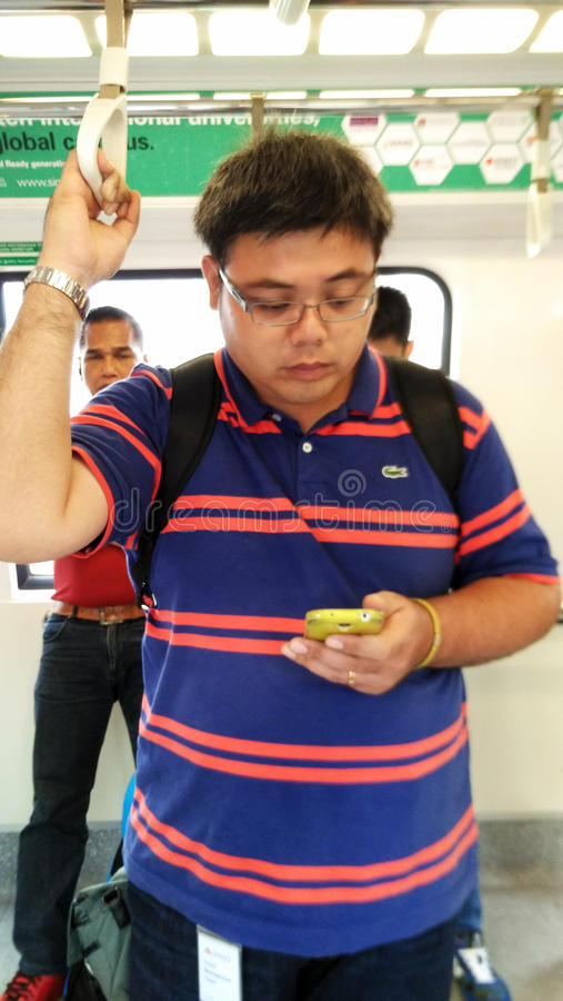 Гай ехать пригородный поезд в Сингапуре стоковая фотография rf