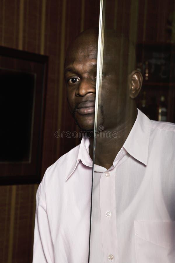 Гай за стеклянной дверью стоковая фотография rf