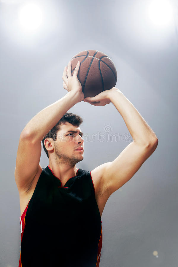 Гай играя баскетбол стоковая фотография rf
