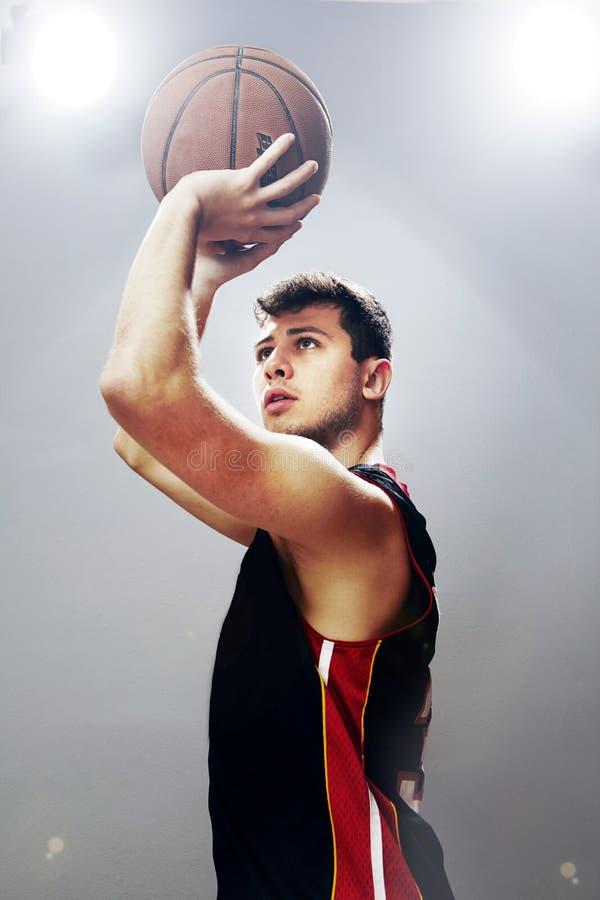 Гай играя баскетбол стоковые изображения