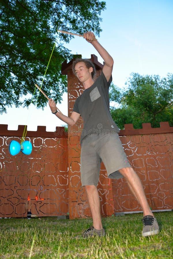 Гай играя с Диабло стоковые фотографии rf