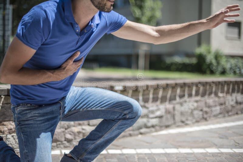 Гай имея сердечный приступ стоковые изображения rf