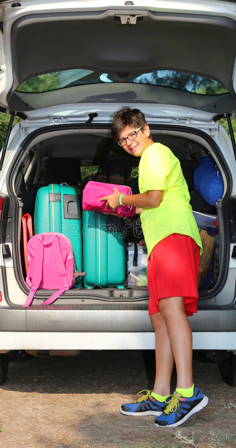 Гай нагружает сумки в автомобиле багажа стоковое фото rf