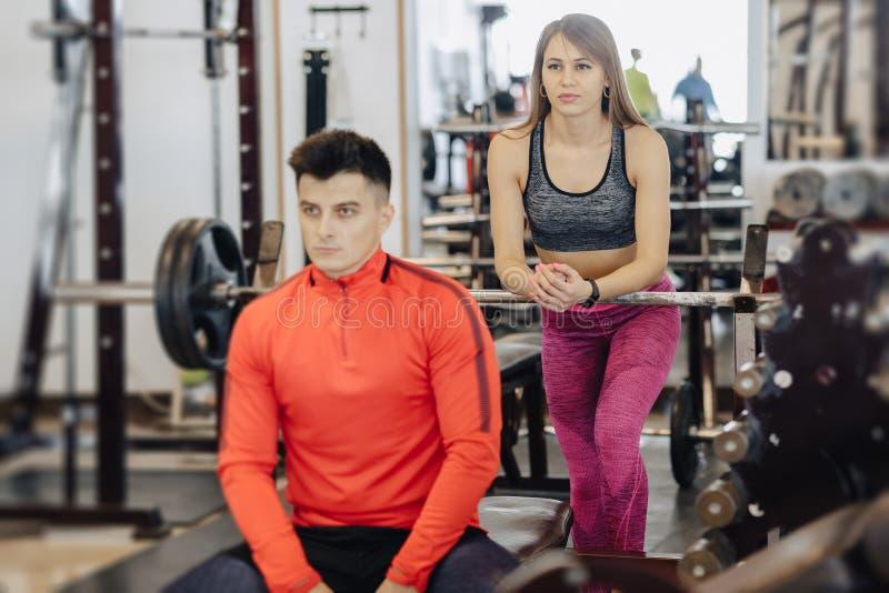 Гай на баре, за им тренер девушки, тема спорта стоковое изображение