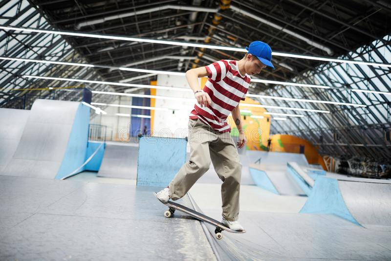 Гай на скейтборде стоковые изображения rf