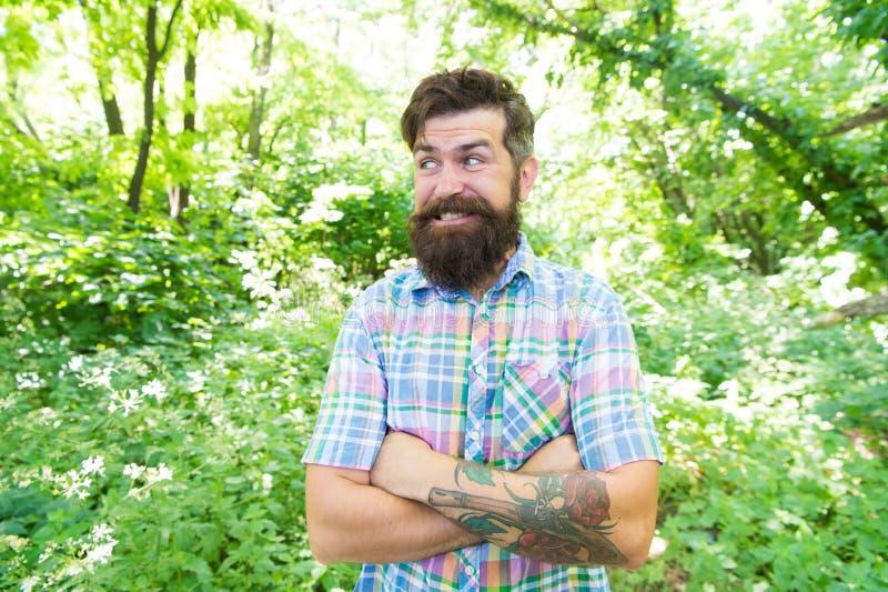 Гай ослабляет в природе лета Борода и усик человека красивая в концепции летних каникулов леса лета Объединенный с стоковые фото