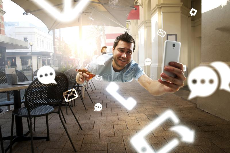 Гай празднует успех в бизнесе Мультимедиа стоковое фото rf