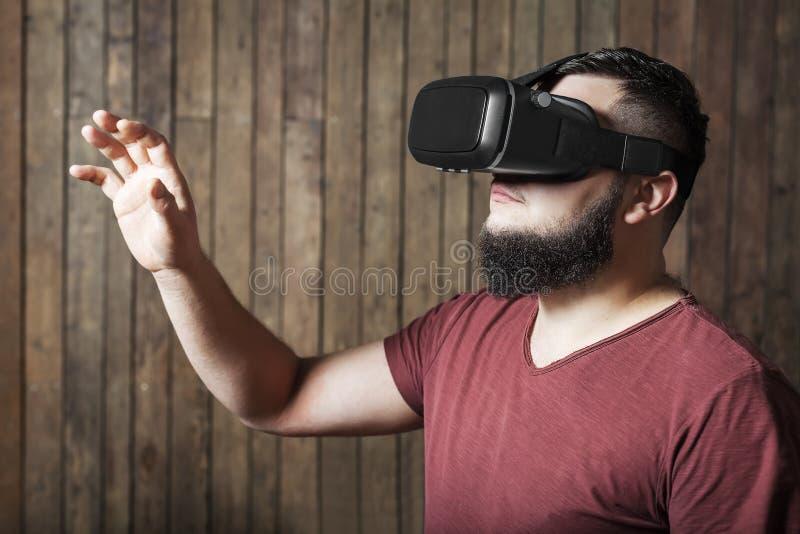 Гай при стекла vr показывая жест Стекла виртуальной реальности стоковые фотографии rf
