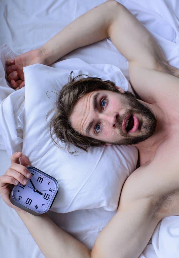 Гай пропустило звенеть будильника Получите вверх по подсказкам раннего утра Oversleep снова Самая грубая часть утра просто выходя стоковая фотография rf